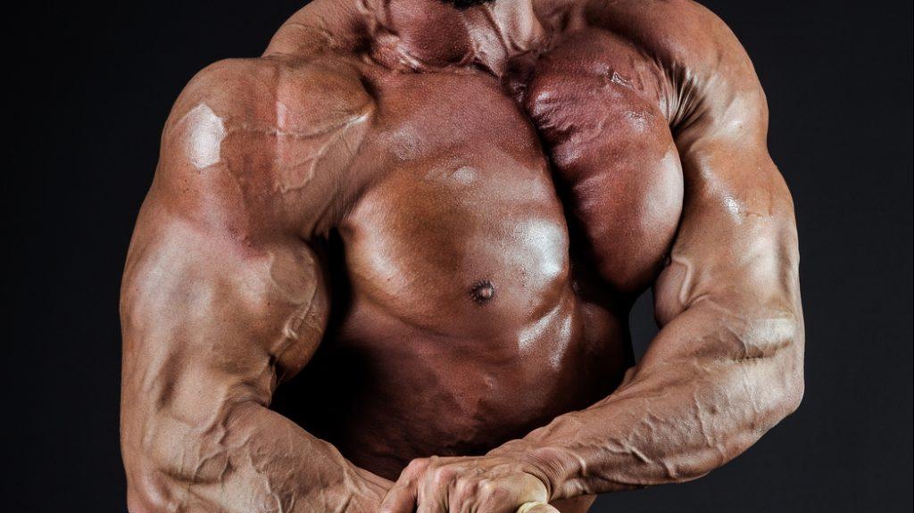 大胸筋を誇示する姿勢を取る男性