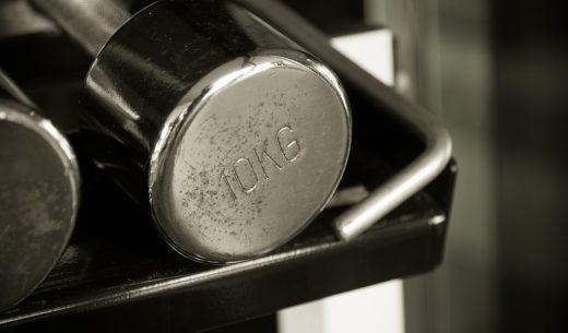 古いさびた 10 kg ダンベルの黒と白のトーン