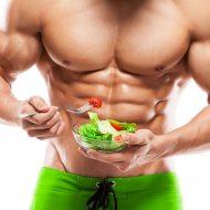 サラダを食べる逞しい男性
