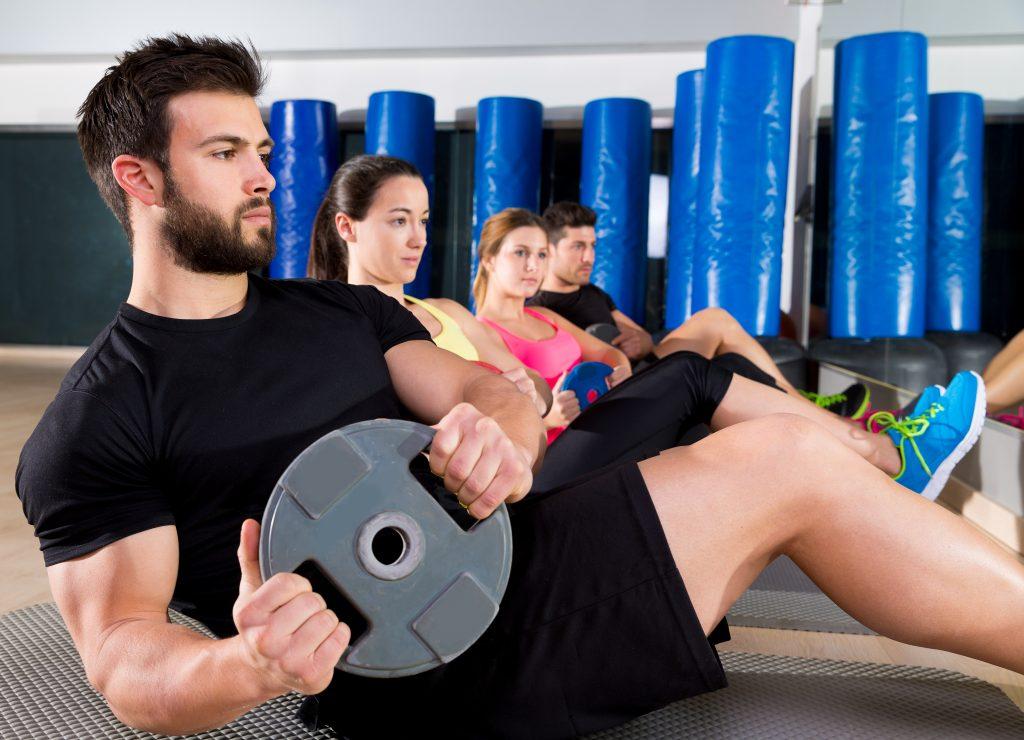 ジムのフィットネス トレーニングで腹部プレート トレーニング コア グループ