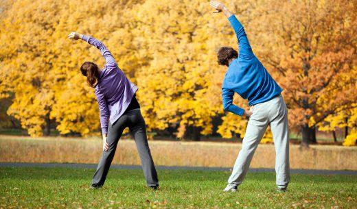 公園で準備運動する男女