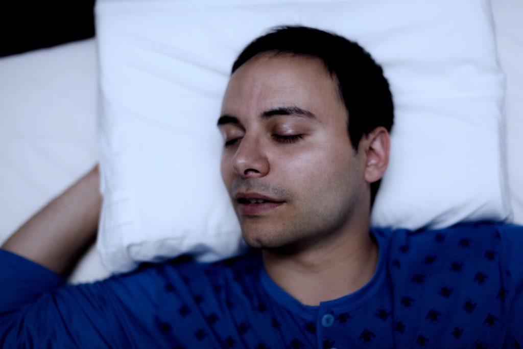 男性の寝顔