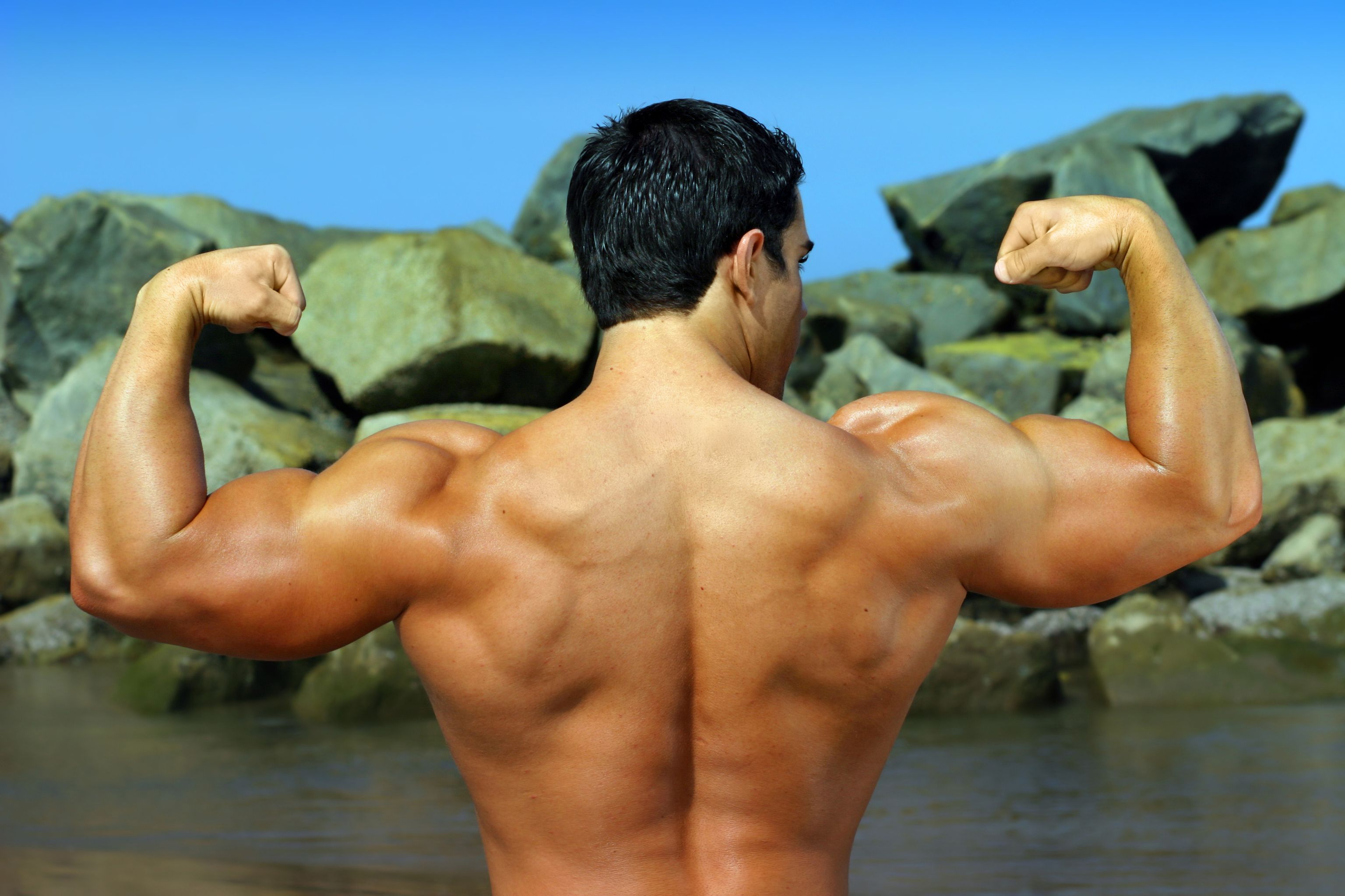 豊かな自然のなか筋肉を披露する男性