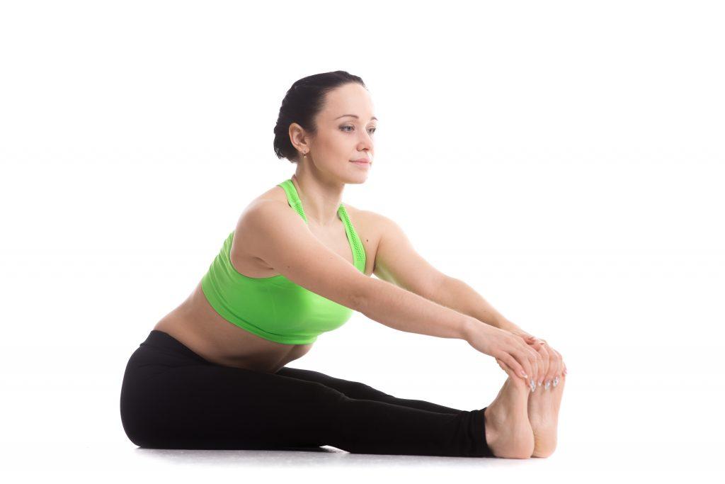 腿裏と膝裏のストレッチをする外国人女性