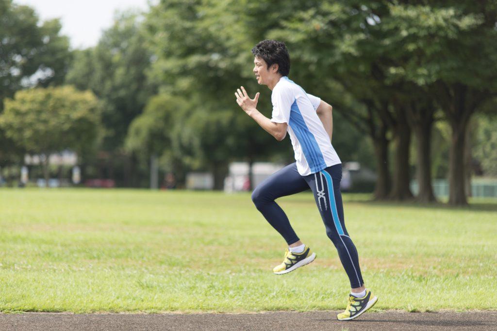 トレーニング中の陸上選手
