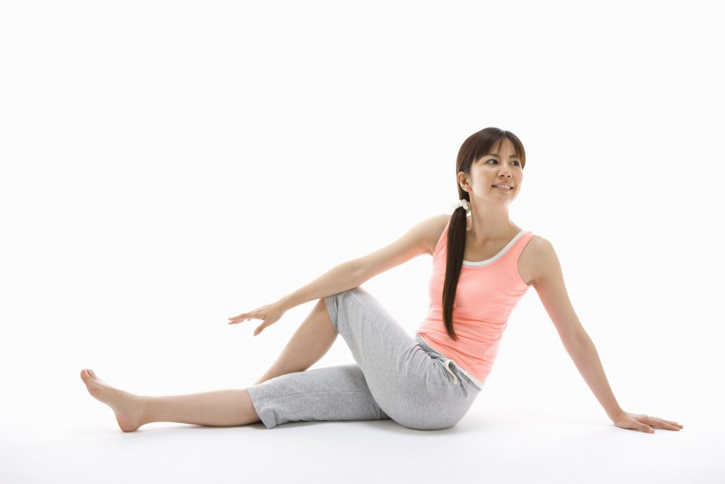 腿裏のストレッチをする女性