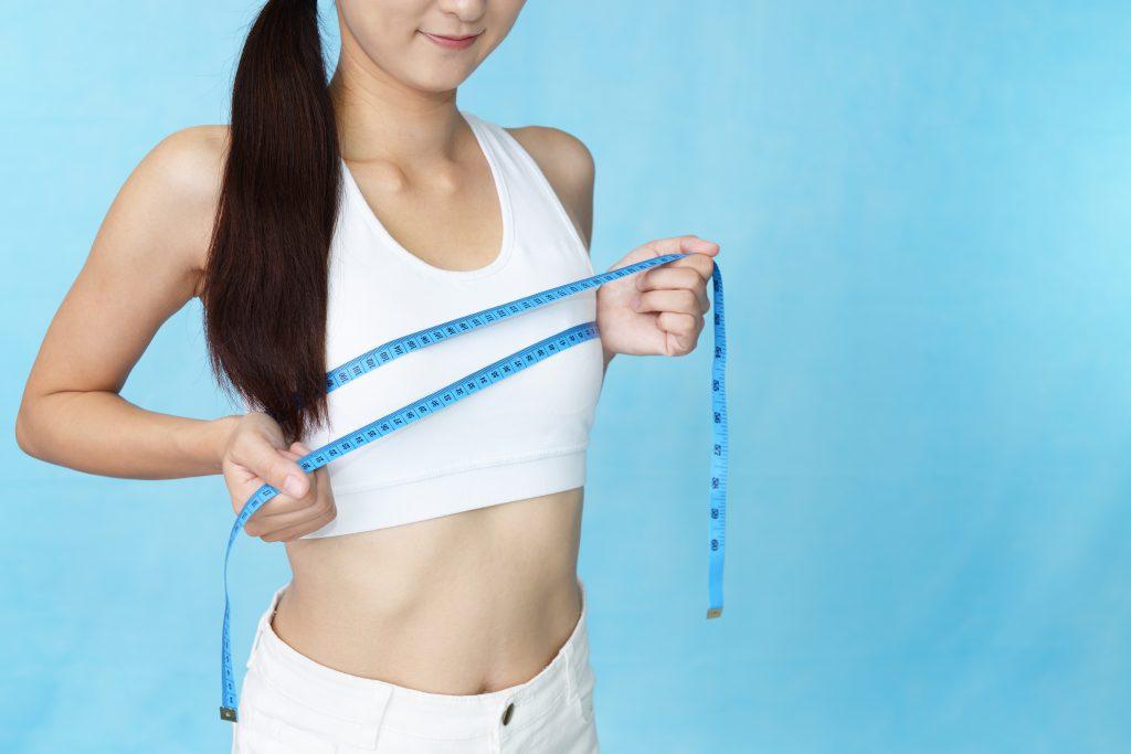 バストサイズを計測する女性