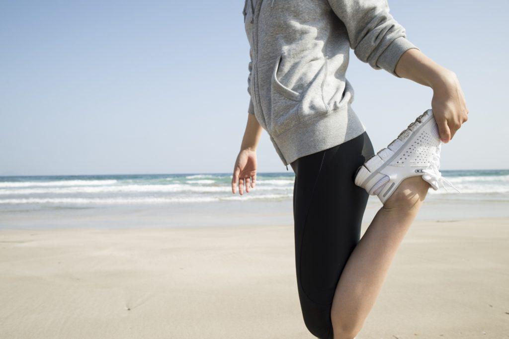 大腿四頭筋のストレッチをする女性