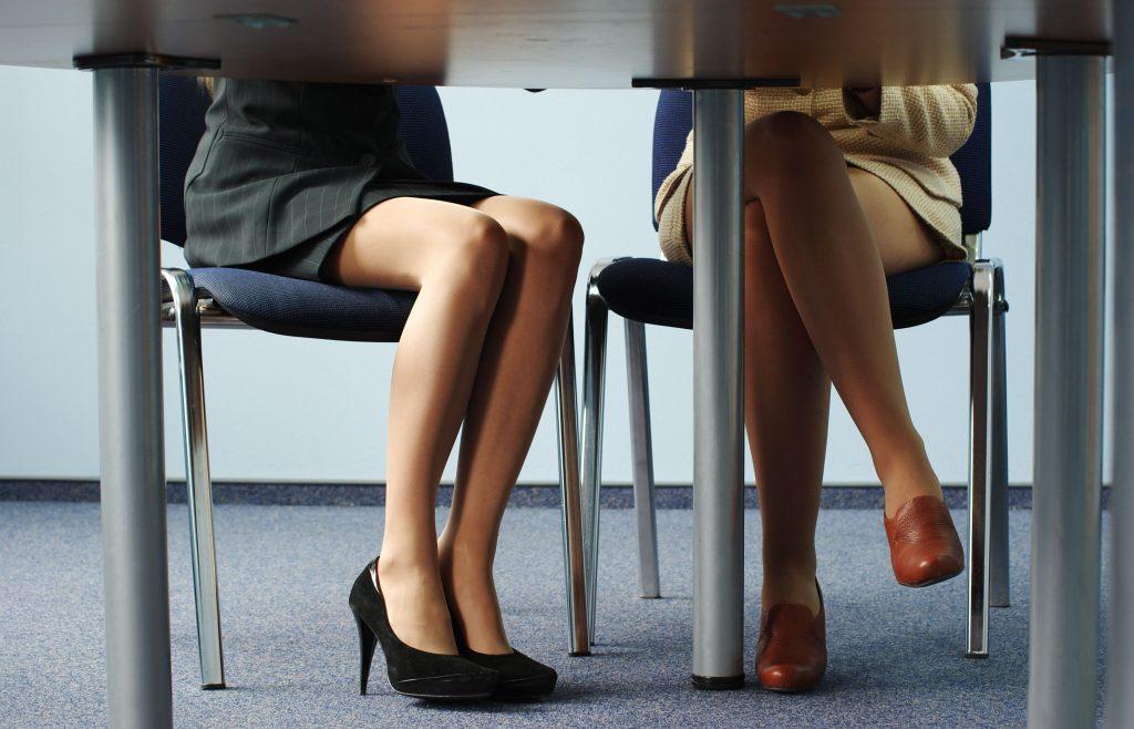 座っている女性の美しい足