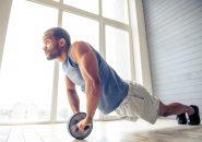腹筋ローラーでトレーニングしている男性
