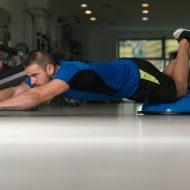 腹筋ローラーでトレーニングする外国人男性