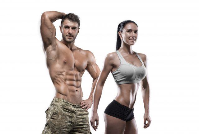 ポーズを決める筋肉質な男女