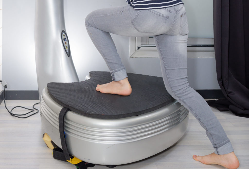 振動マシンを利用する女性