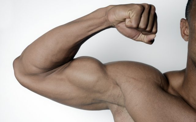 上腕二頭筋を見せつける男性
