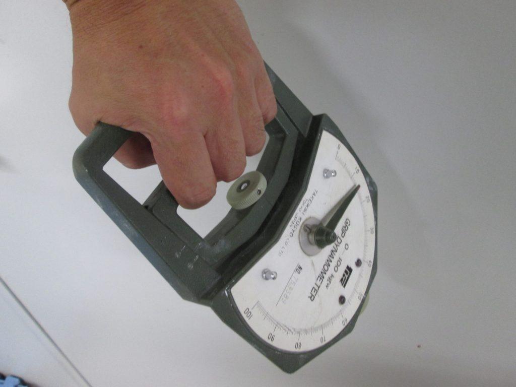 握力を測定する男性