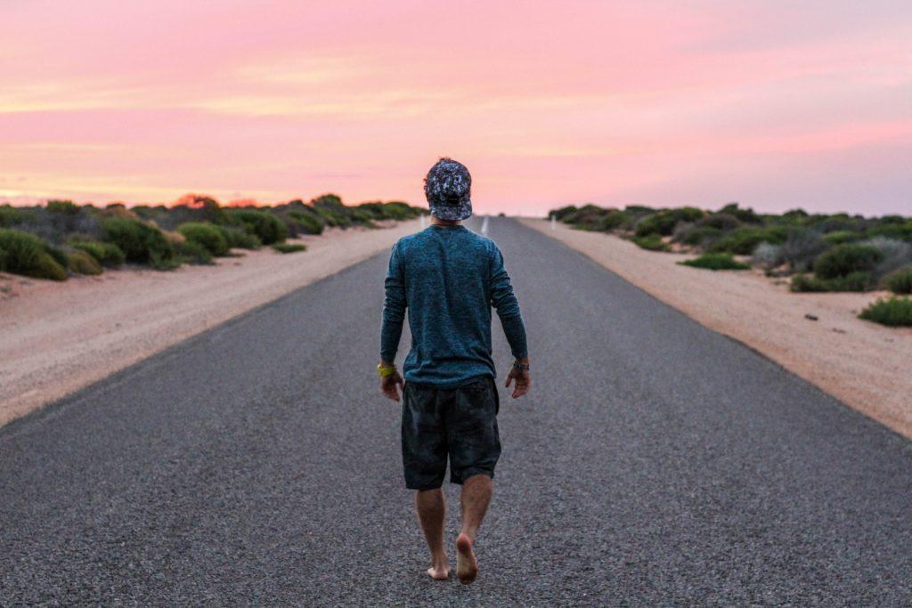道路を一人で歩く男性