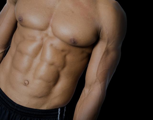 豊かな大胸筋とシックスパックを披露する男性