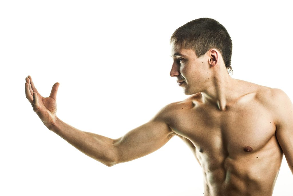 右手を見つめる筋肉質な男性