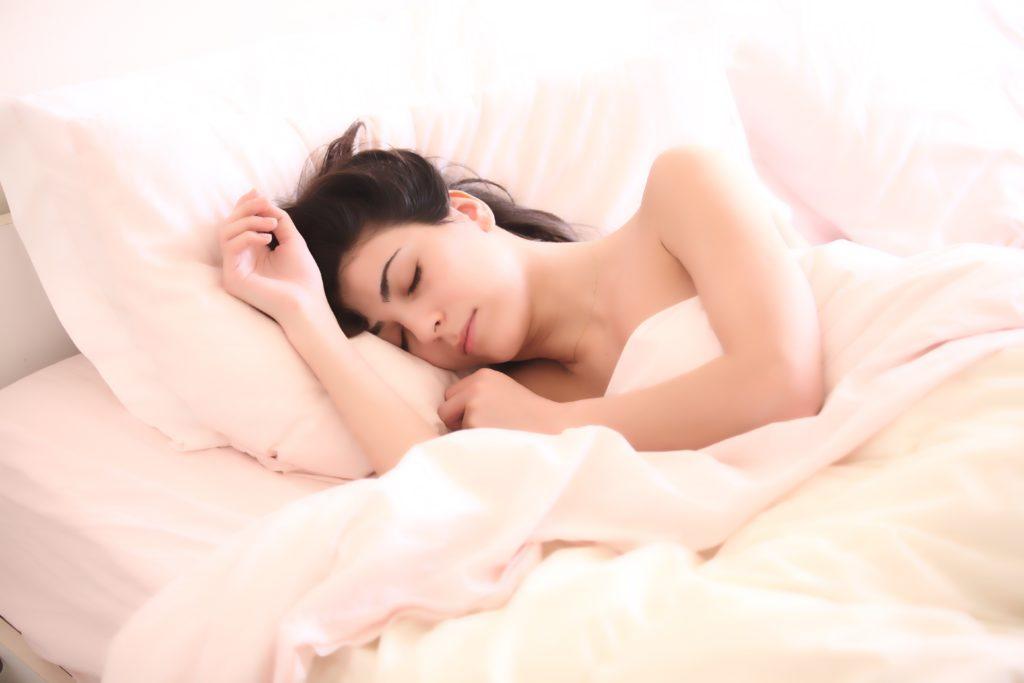 眠りにつく女性
