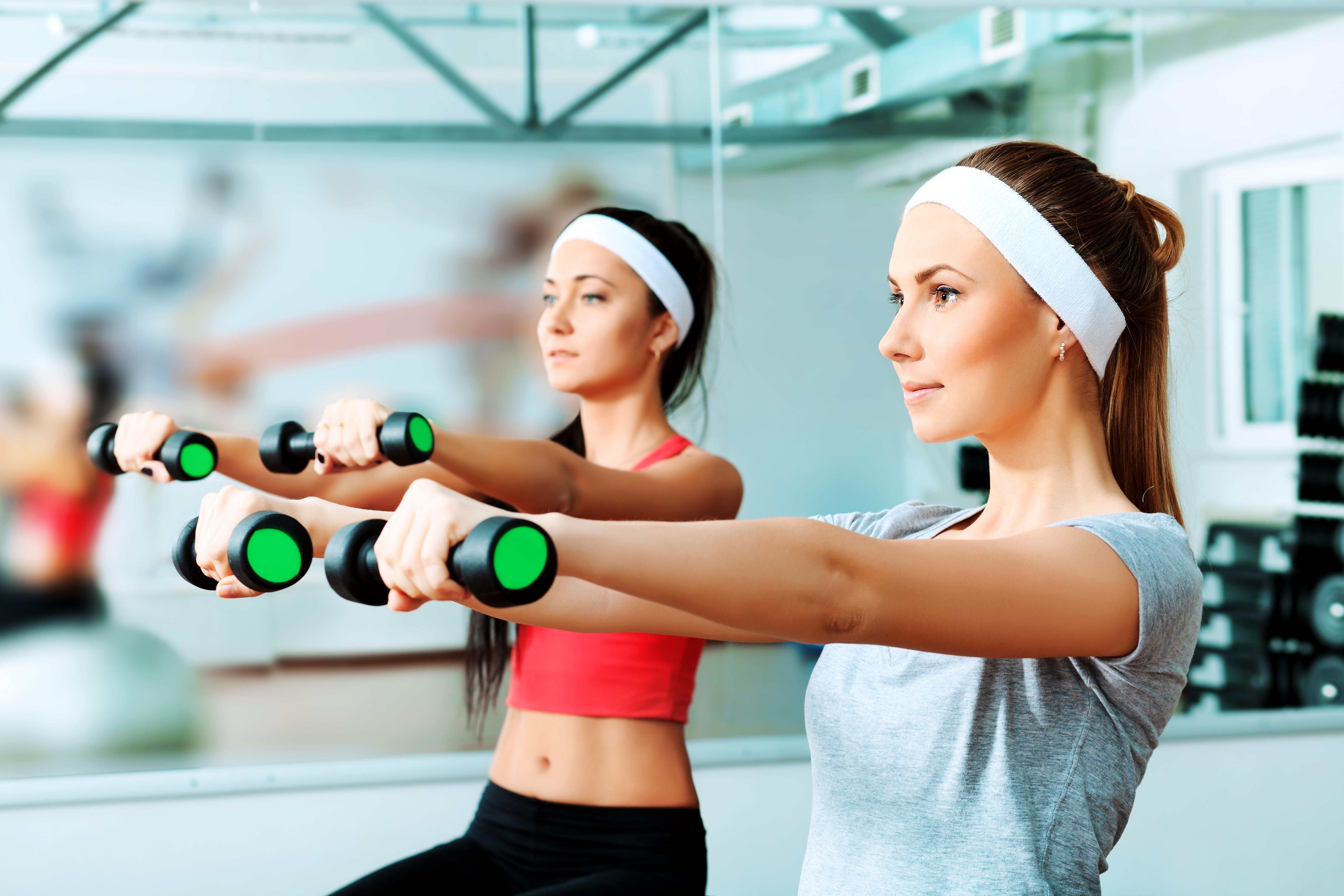 二の腕トレーニングをする女性たち
