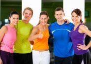 色とりどりのスポーツウェアを着たジムの会員たち