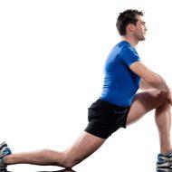 股関節のストレッチをする男性