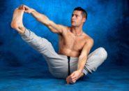 ストレッチする筋肉質の男性