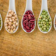 スプーンに入ったいろいろな豆