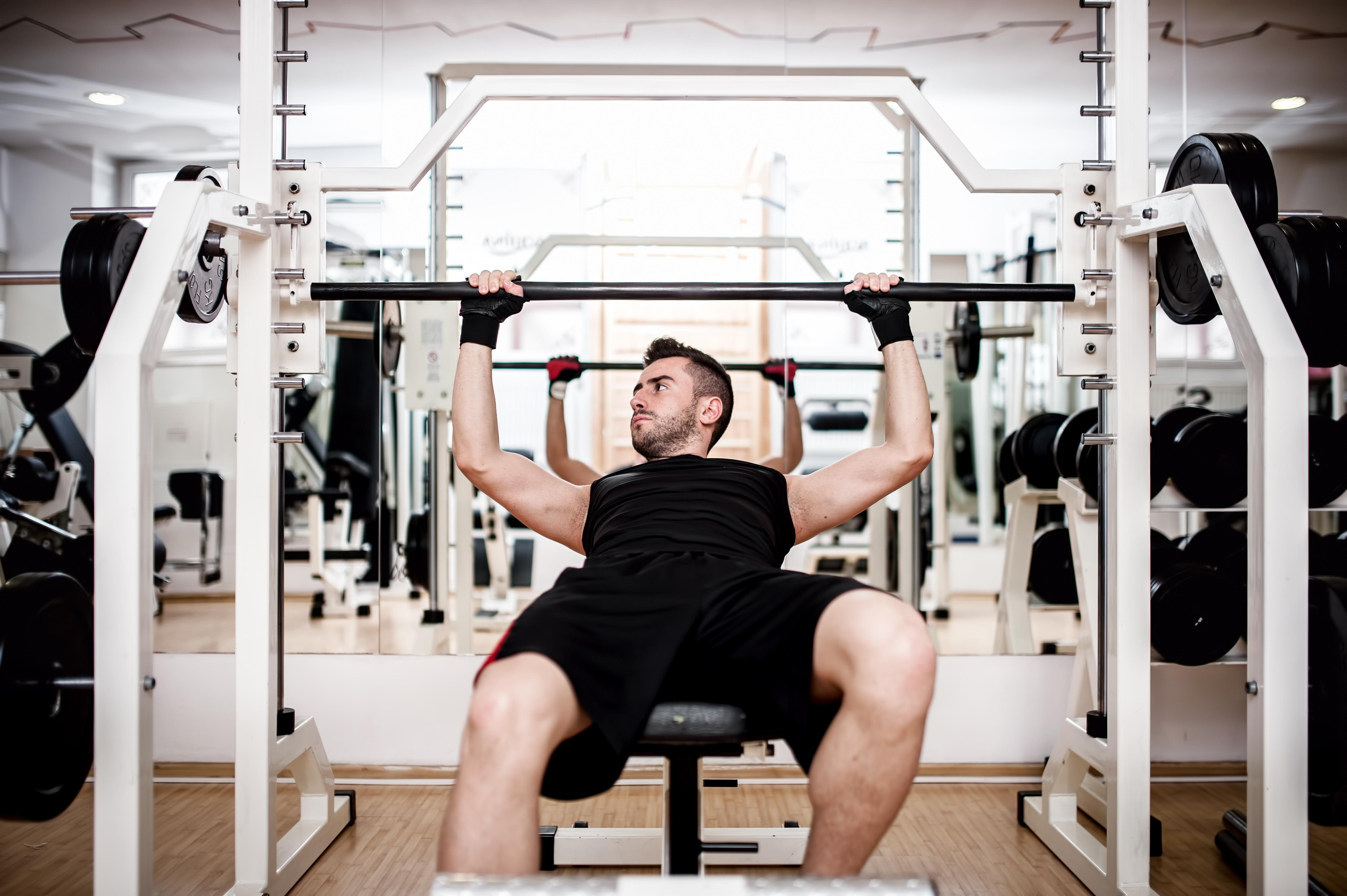 胸部ベンチプレス運動、ジムでワークアウト男