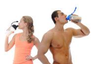 筋トレ後にプロテインを摂取する男女