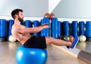 フィット ボール腹部バランス クランチ フィットネス ジムでスイスの球の人
