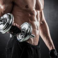 ダンベルで筋肉をポンピング残忍な運動人