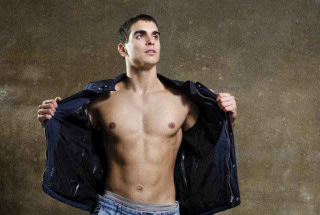 ジャケットからのぞく、男性の美しい筋肉