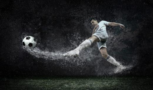 滴水の下でサッカー選手の周りのスプラッシュ