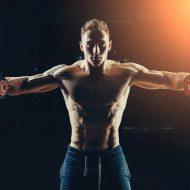 アスリート筋肉ボディービルダーにジムでダンベル トレーニングします。