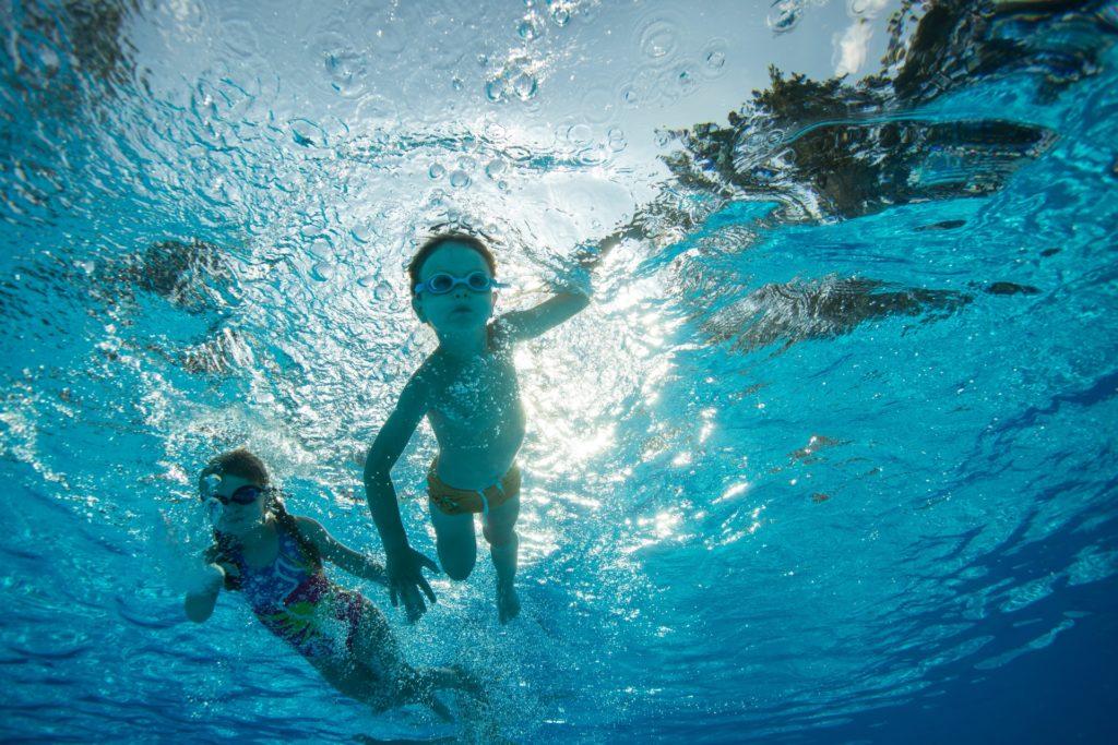 プールで泳ぐ子供たち