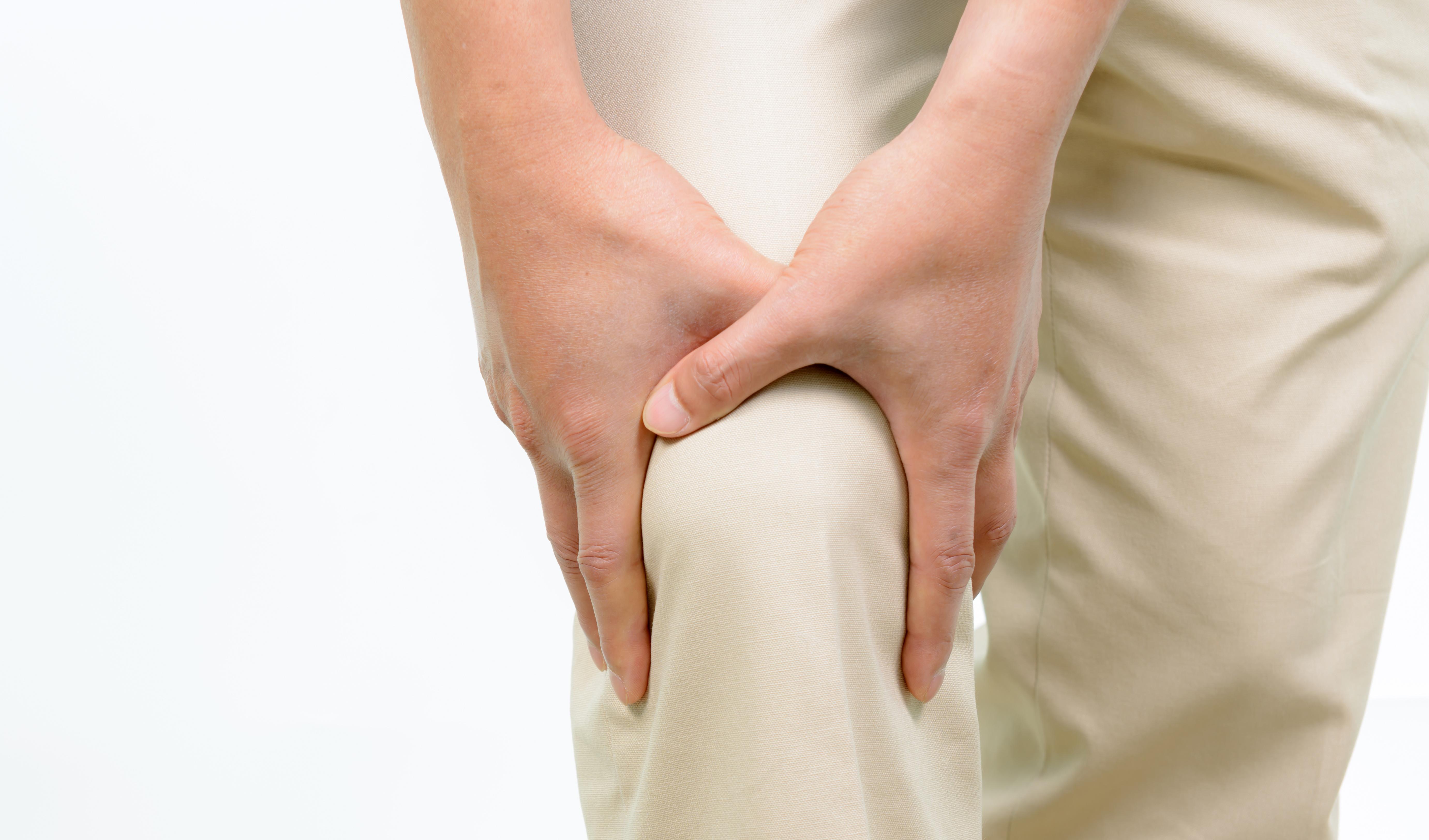膝を抑える男性の写真