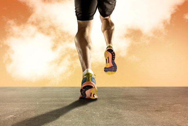 ジョギングするたくましい下腿三頭筋の男性