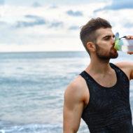 スポーツドリンクを飲む男性