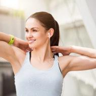 屋外でトレーニング 休憩中の首が美しい女性