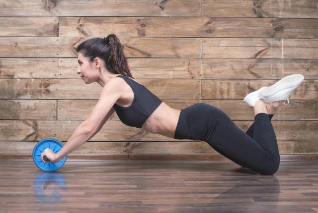 膝コロに取り組む女性