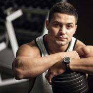 たくましい男性 筋力トレーニングの小休止