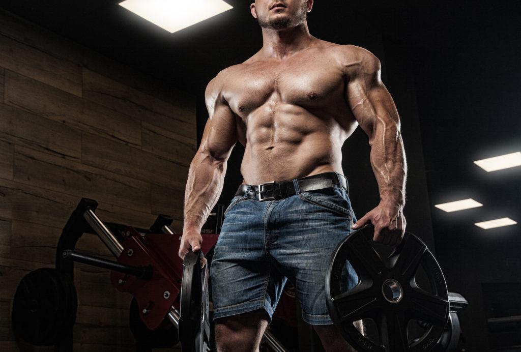 彼の筋肉をポーズ若いとフィットの男性モデル