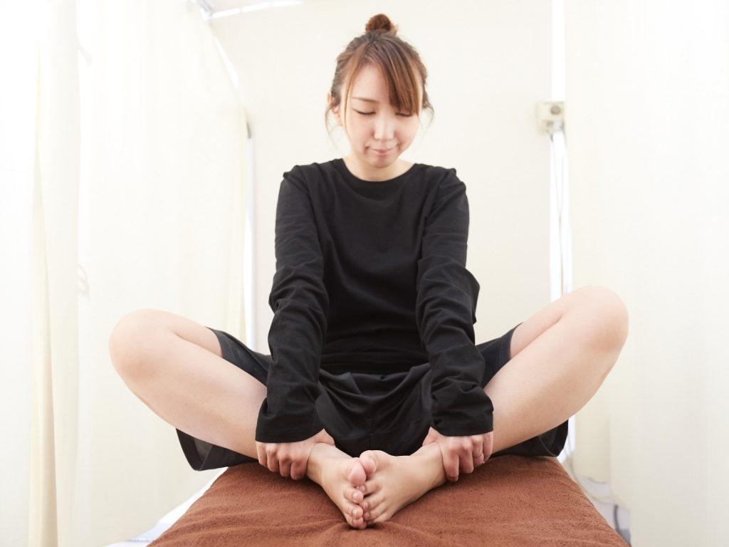 膝のストレッチをする女性