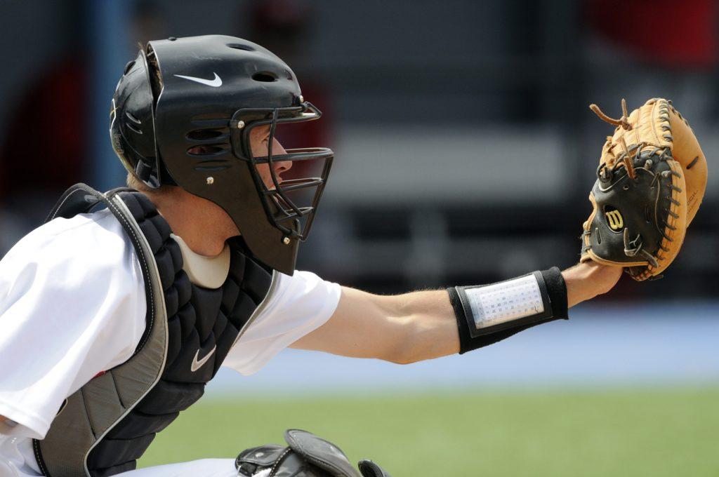 ミットを構える捕手 野球