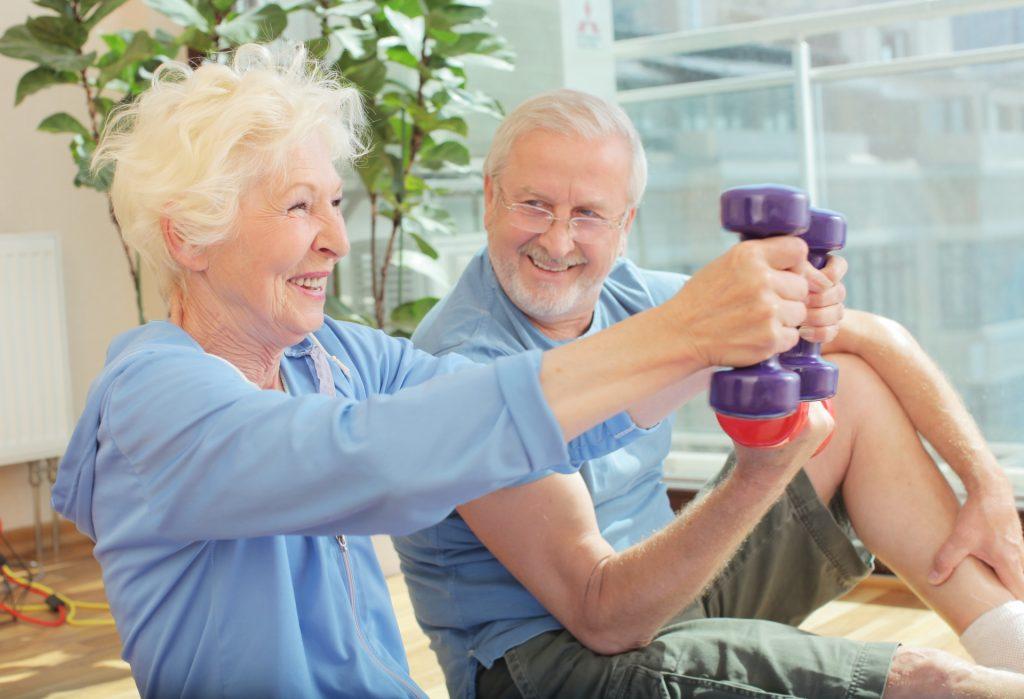 ジムでトレーニングする老夫婦