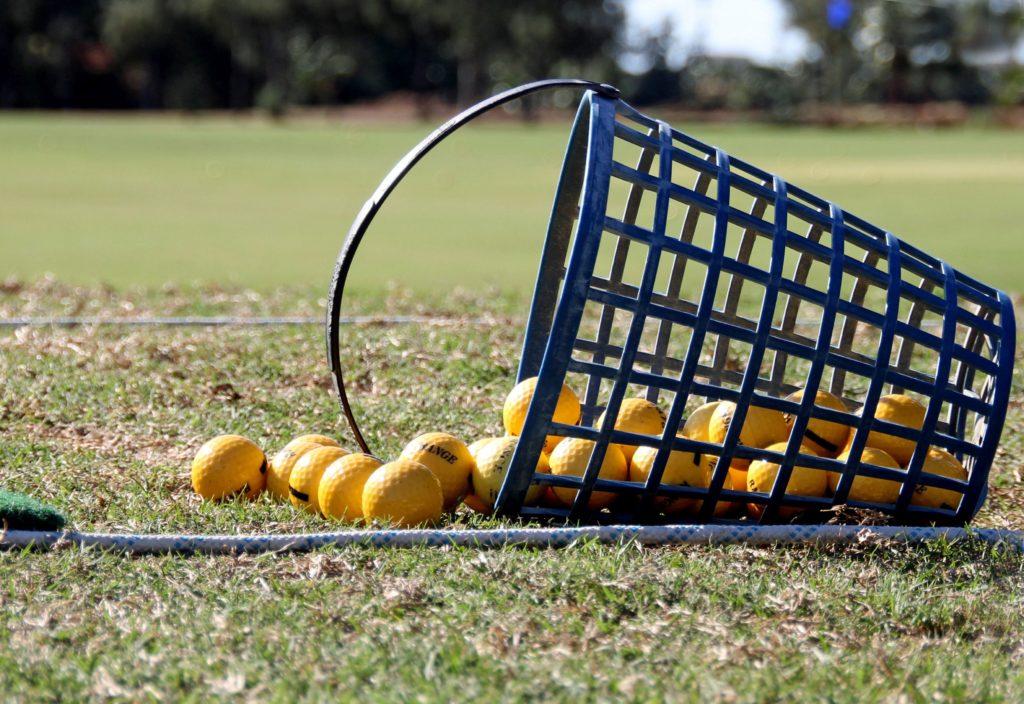 ゴルフボールとカゴ