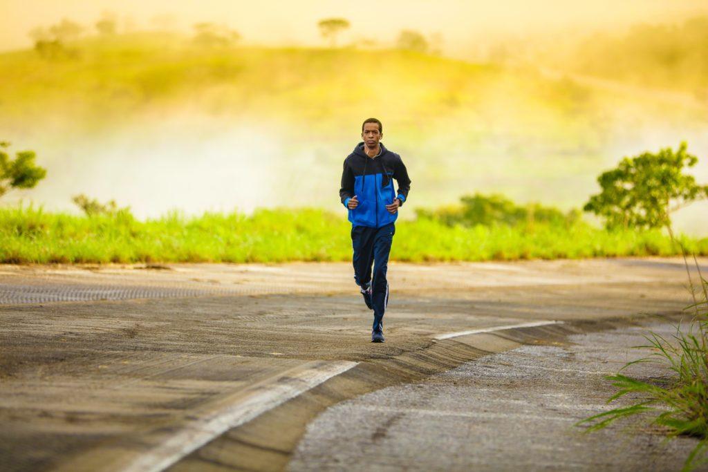 ジョギングするスポーツマン