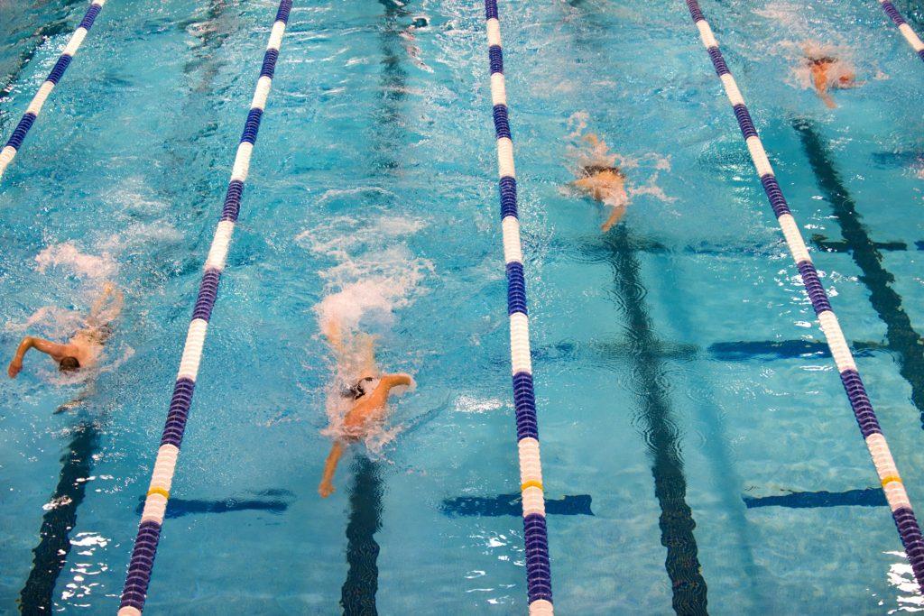 プール 泳ぐ選手たち