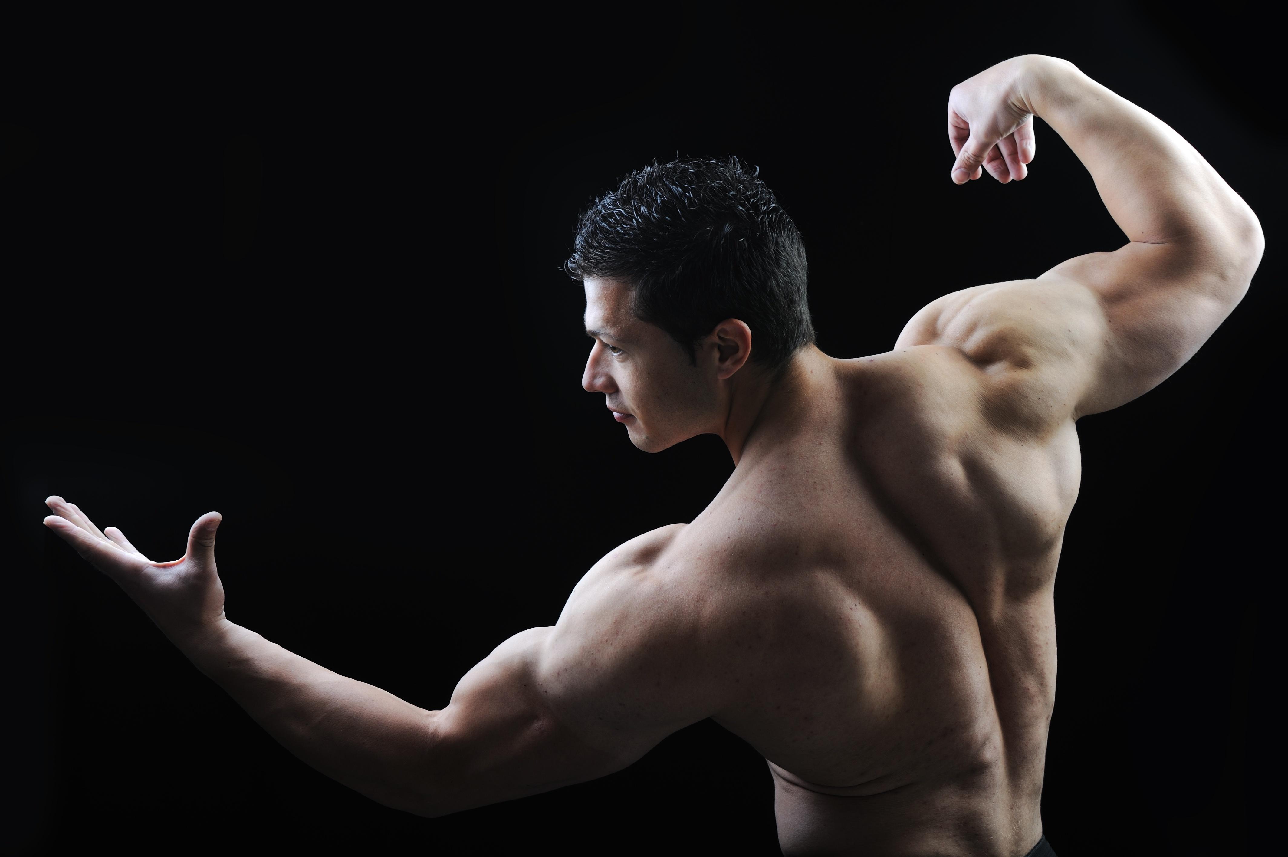 背筋の発達した男性